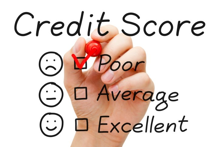 landlord-checking-bad-credit-score-of-maryland-tenant